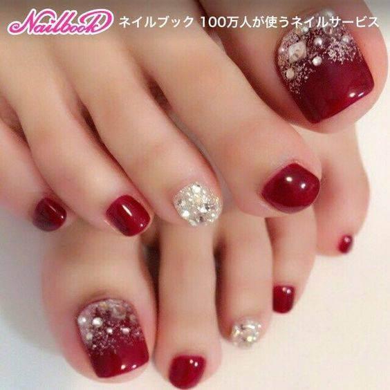 Foto de uñas con pedicure rojo