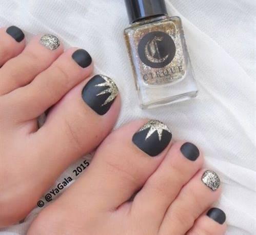 Foto de uñas con pedicure negro