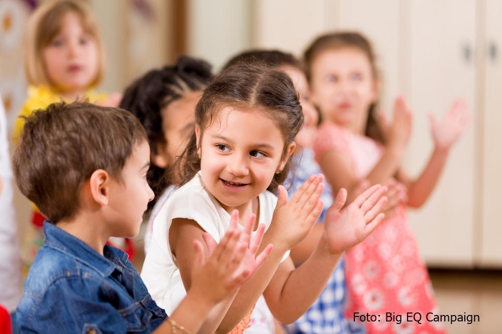 foto de una niña y un niño aplaudiendo