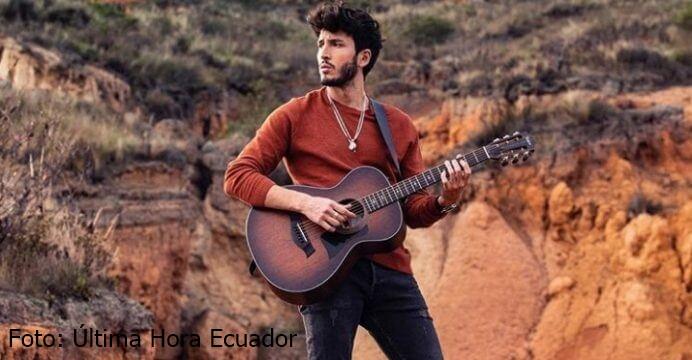 foto de Sebastián Yatra tocando una guitarra