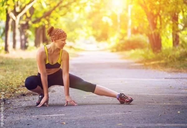 Foto de chica ajercitándose en ¿Es mejor hacer ejercicio en la noche o en la mañana?