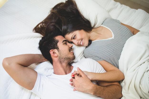 Foto de pareja en la cama
