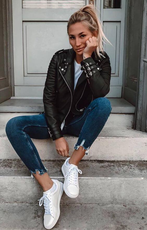 Foto de chica con jeans, tenis y chaqueta de cuero