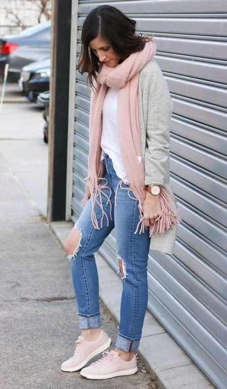 Chica con tenis rosados