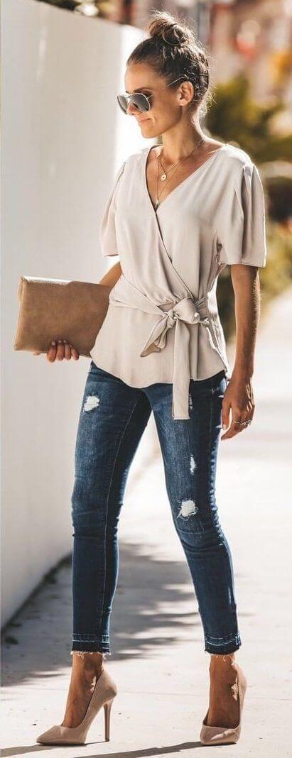 Foto de chica con blusa y tacones