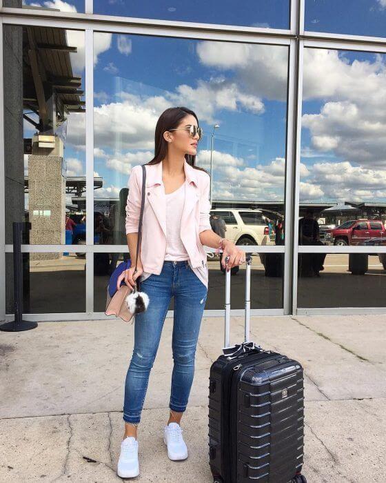 Foto de chica con maleta de viaje