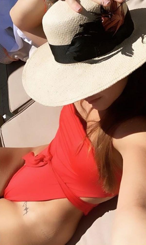 Carolina Cruz vestido de baño rojo