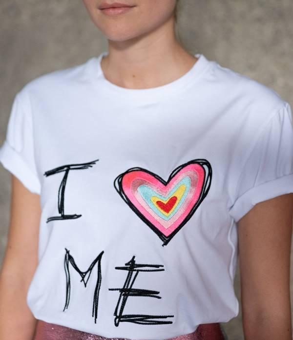 Imagen de chica en camiseta