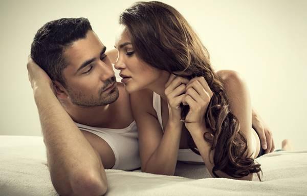 Foto de pareja besándose pero en donde el hombre no sabe el significado de la palabra amor