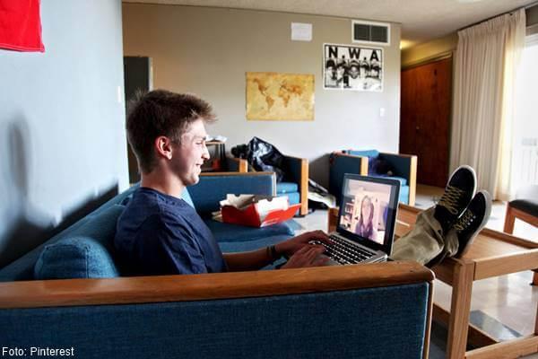 Foto de chico con computador