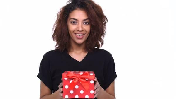 Foto de chica con un regalo