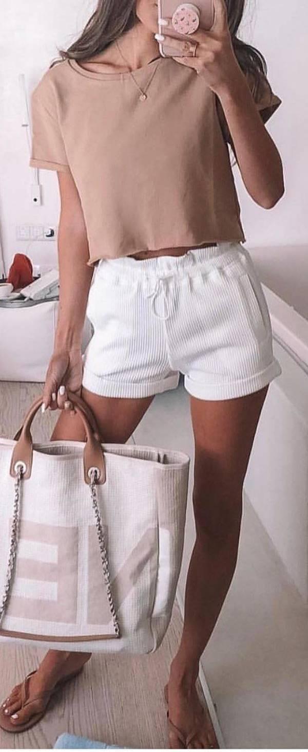 Foto de chica con pantaloneta