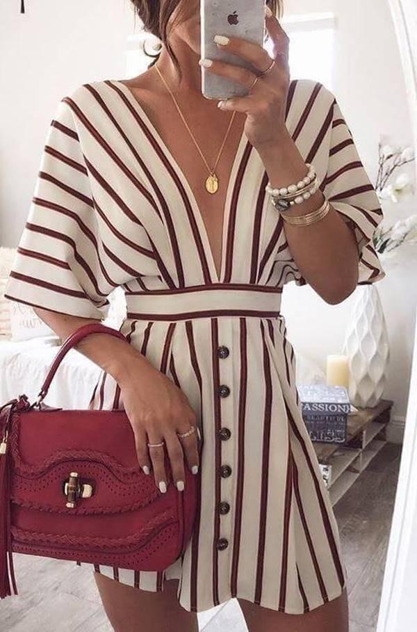 Foto de chica con vestido en la más linda ropa para ir a la playa,