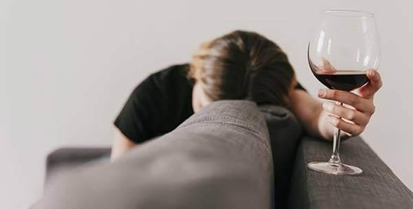 Foto de chica tomando vino