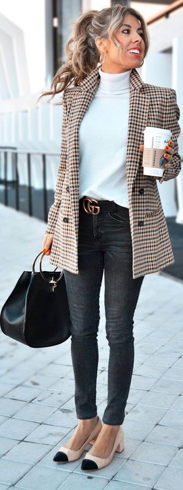 Foto de mujer con jean de color gris