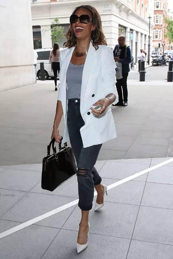 Foto de mujer con chaqueta blanca