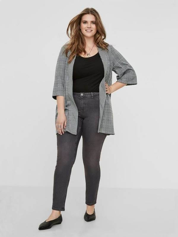 Foto de chica curny usando jeans gris para mujer