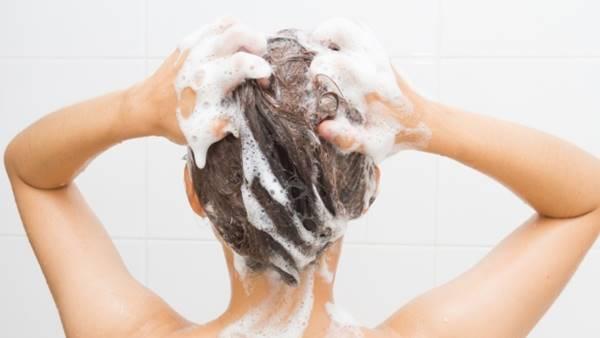 Foto de mujer lavándose el cabello