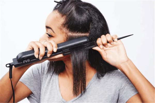 Foto de chica pasándose la plancha en el cabello