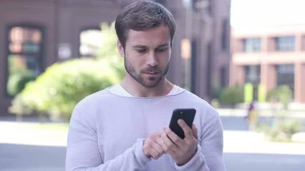 Foto de hombre mirando un teléfono