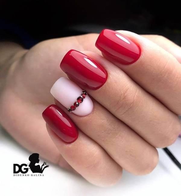 Foto de manos con esmalte rojo