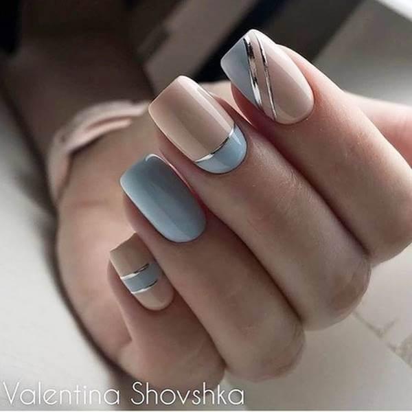 Foto de mano con esmalte azul