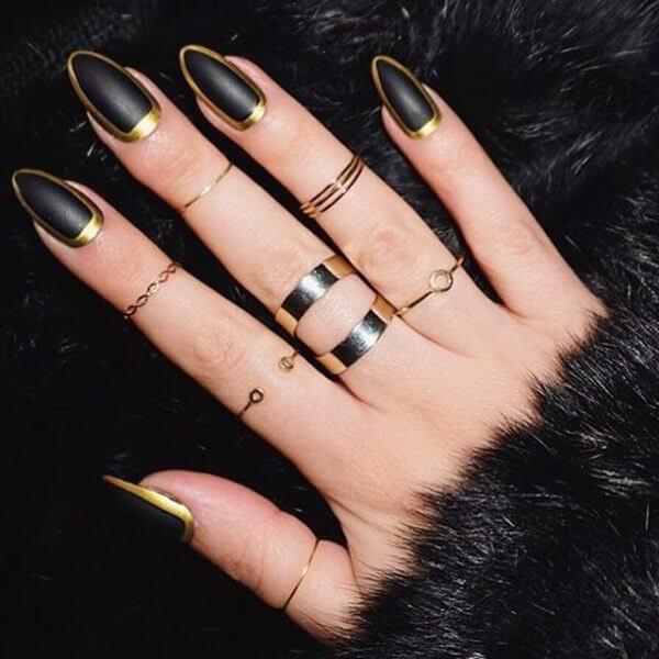Foto de mano con esmalte negro