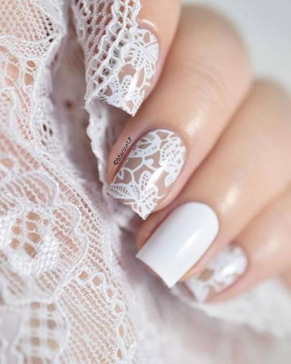 Foto de mano con esmalte blanco