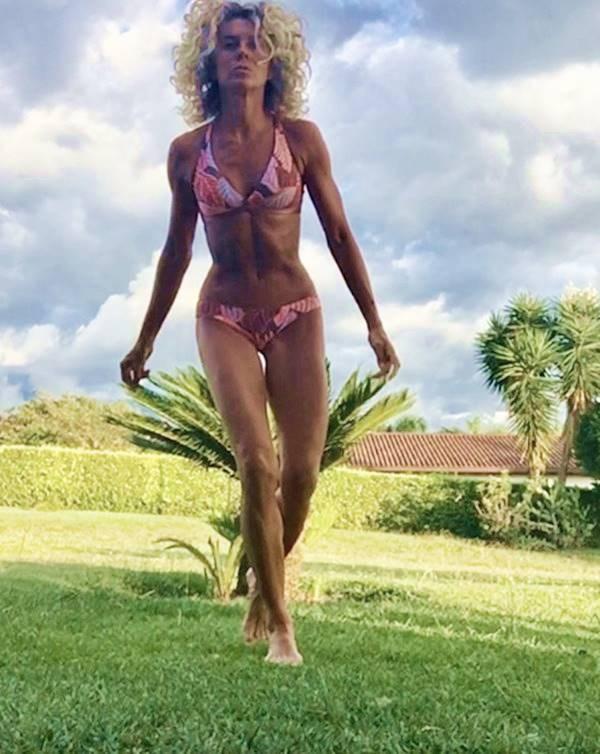 Margarita rosa de Francisco en bikini