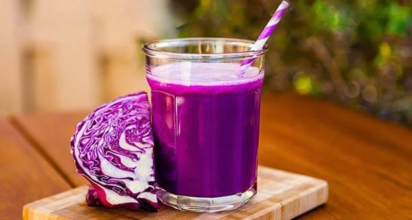 Foto de un vaso con líquido morado