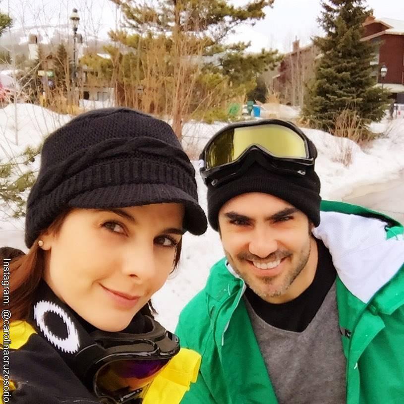 Foto de Carolina Cruz y Lincoln Palomeque esquiando en la nieve