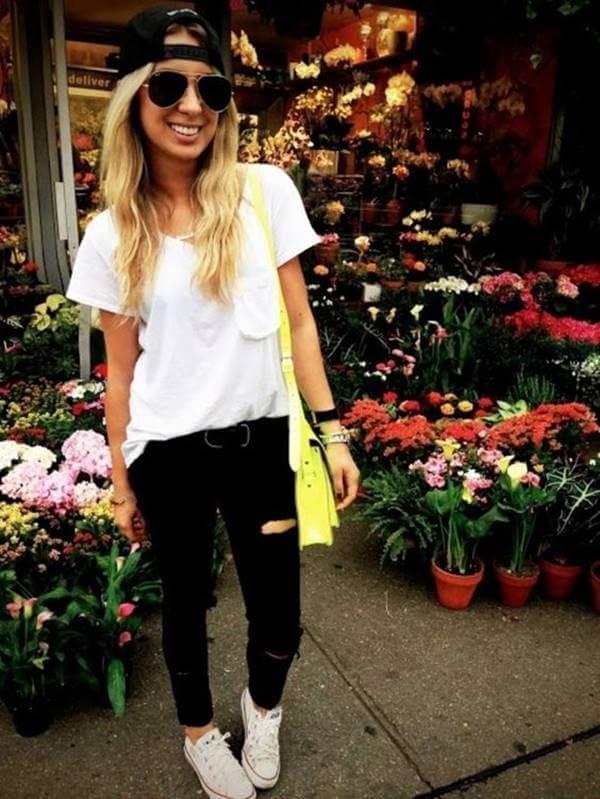 Foto de chica usando jean negro roto