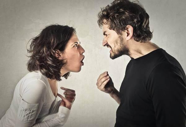 Foto de pareja peleando