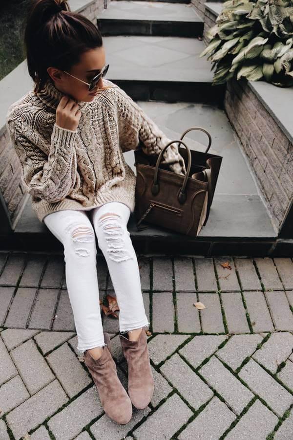 Chica usando outfit con botines cafés