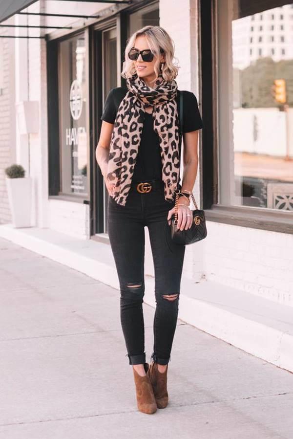 Foto de chica usando outfit con botines cafés