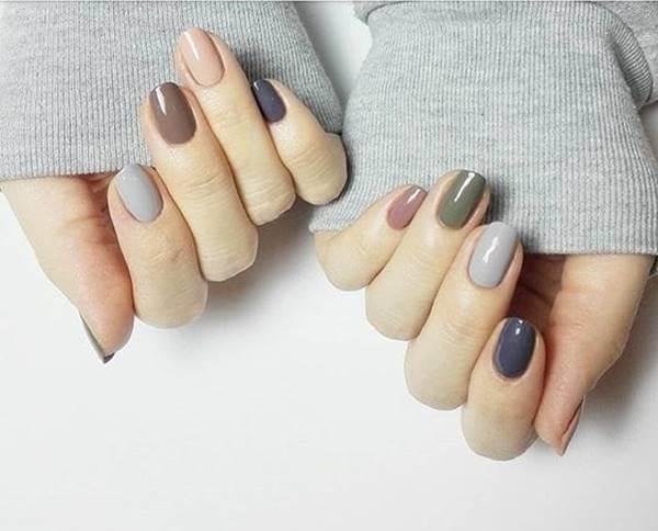 Foto de chica con uñas de varios colores