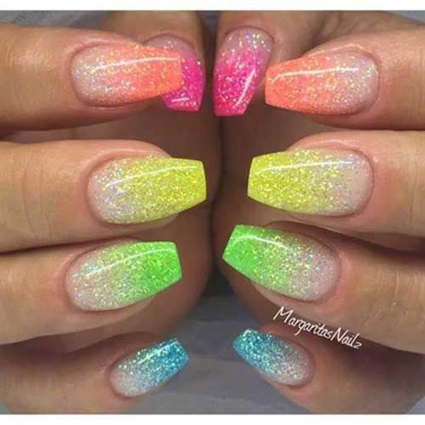 Foto de chica con manicure multicolor