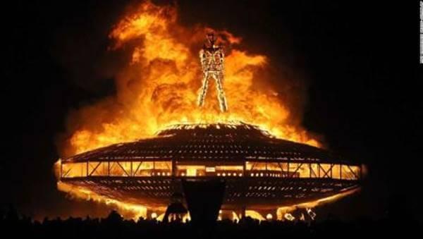 Foto de un hombre de paja en llamas