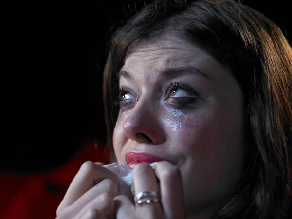 Foto de chica viendo películas y llorando