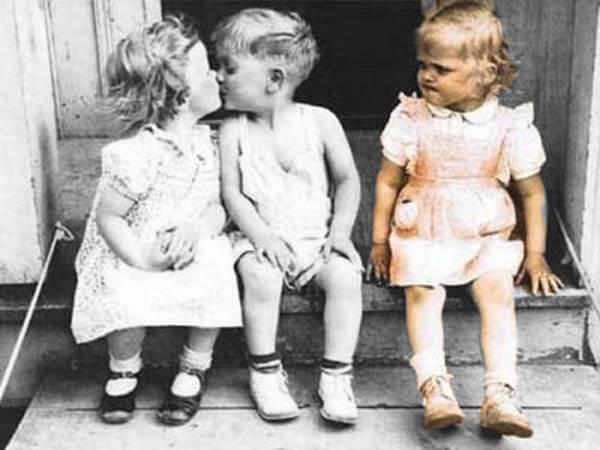 Foto de tres niños celosos