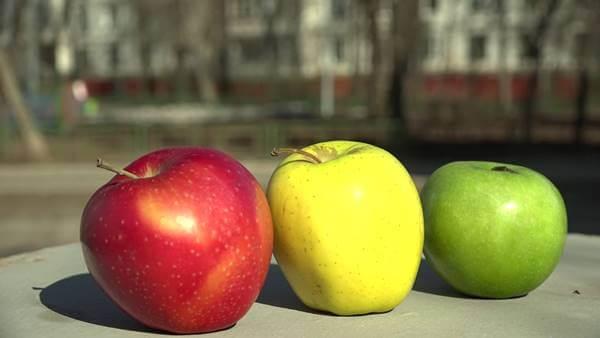 Foto de tres de estas frutas de distintos colores