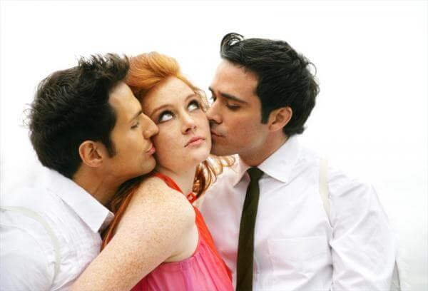 Foto de una chica con dos hombres