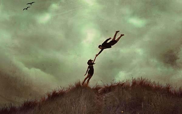 Foto de una pareja, una vuela y el otro está en la tierra