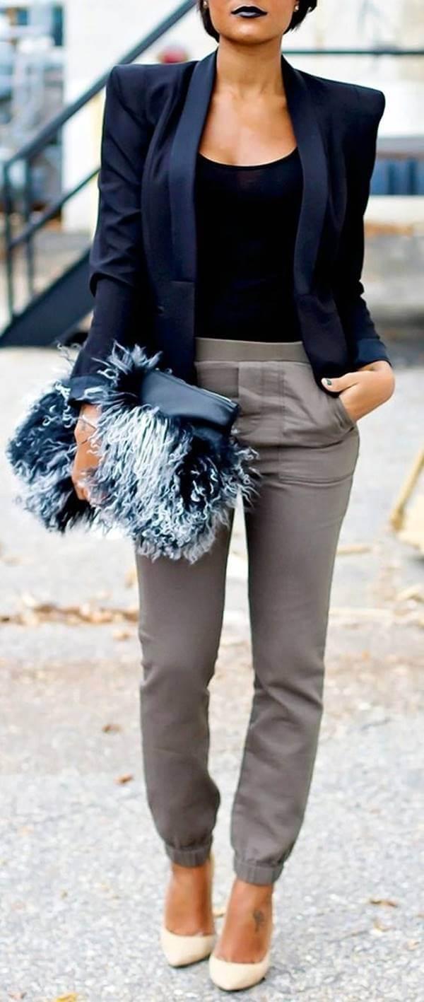 Foto de chica usando un outfit con pantalón gris