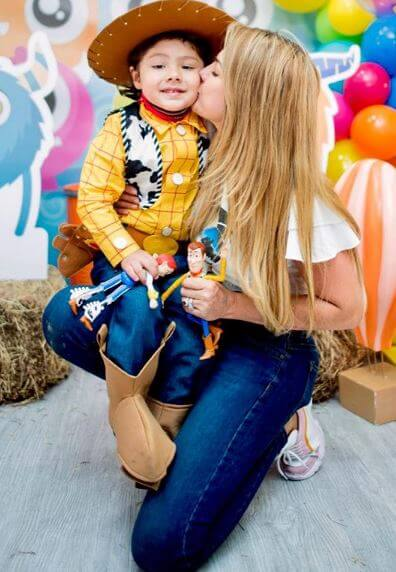 Ana Karina Soto con su hijo disfrazado de Sheriff Woody de Toy Story.