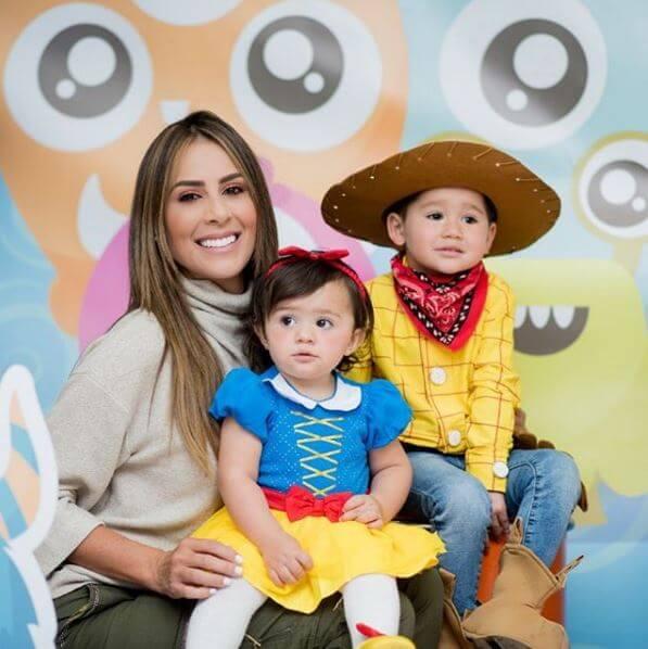 Carolina Soto y sus hijos con sus disfraces de Halloween