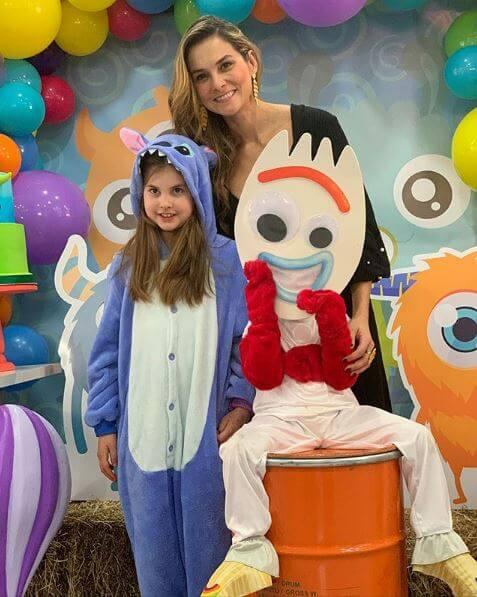 Catalina Gómez y sus hijos con sus disfraces de Halloween