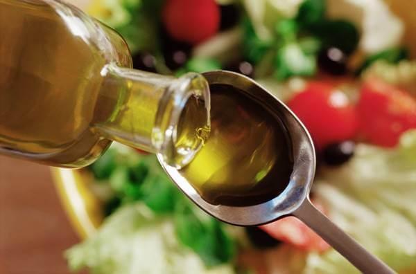 Foto de una cucharada de aceite de oliva
