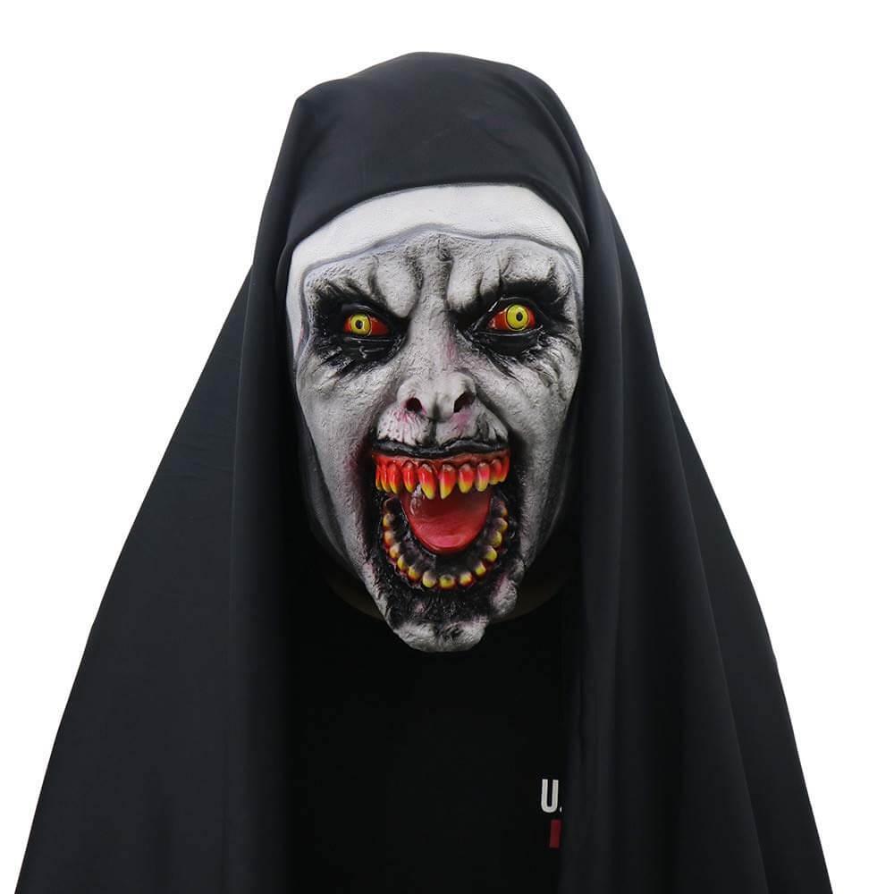 Persona disfrazada de La monja