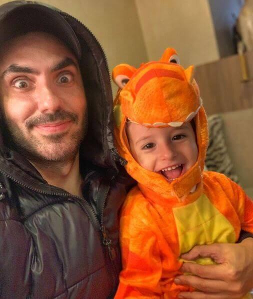 Lincoln Palomeque con su hijo disfrazado de dinosaurio